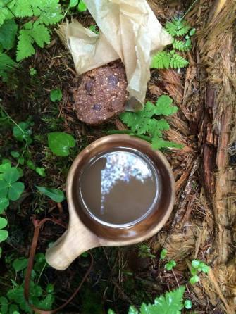 Eväspatukat maistuivat kahvin kanssa runsaasta hyttysmäärästä huolimatta.